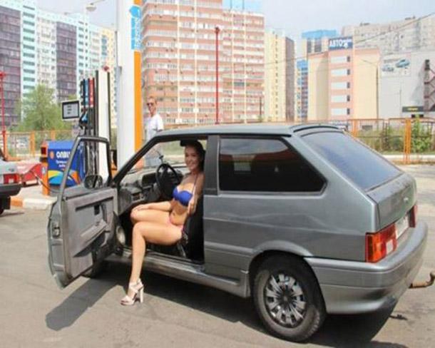 Posto na Russia oferece gasolina de graca para mulheres de biquini (7)