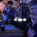 Bruce Dickinson é tão gente boa que serviu cerveja para os fãs num pub