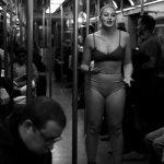 Iskra Lawrence tirou a roupa no metrô em protesto contra a gordofobia