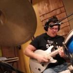 Músico faz cover de vocal, bateria e guitarra simultaneamente de Tom Sawyer, do Rush