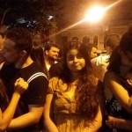 Jovem de Minas Gerais coleciona fotos segurando vela para casais