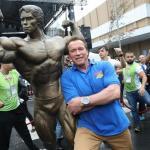 Arnold Schwarzenegger dá show de simpatia em evento em São Paulo