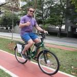 Essas fotos do Arnold Schwarzenegger de bicicleta em São Paulo vão te animar a fazer exercício
