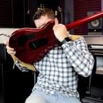 Guitarrista mostra as principais técnicas de solo de guitarra em 3 minutos