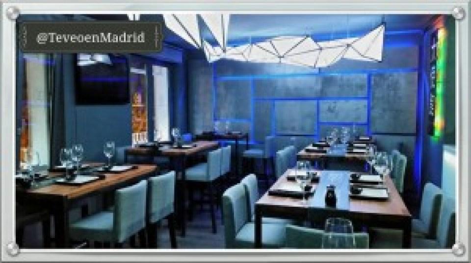 Restaurante La Embajada restaurante japones iluminado de azul Te Veo en Madrid