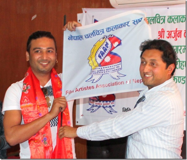 arjun-karki-flag-handover-everest
