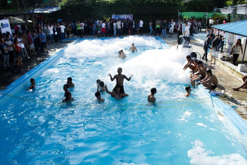 Summer Looks  Pool Party