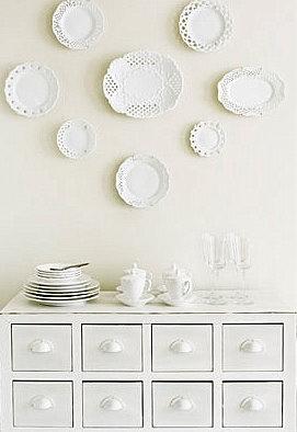 Trendy διακόσμηση: Λευκά πιάτα, σαν ντεκόρ τοίχων