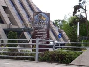 Pylon reklamowy stojący przed hotelem Piramida