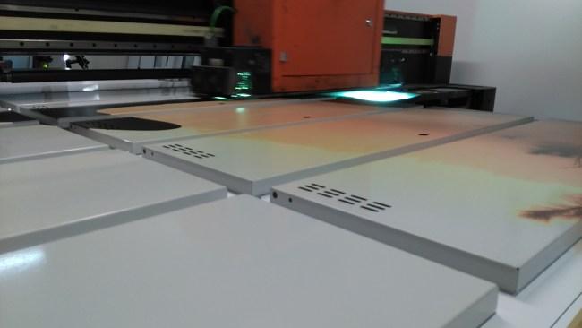 Ploter UV w czasie wykonywania nadruku na metalowych drzwiach do szafek