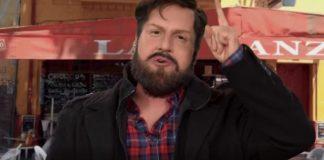 Stefan Kramer maquillado como Gabriel Boric