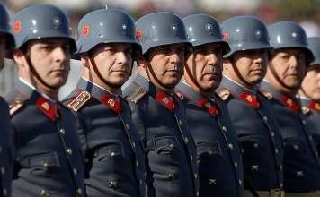 Checho Hirane y otros reservistas del Ejército en una Parada Militar