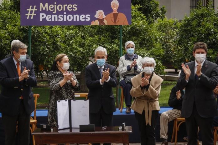 Piñera firmó el proyecto de la denominada Ley Corta de Pensiones y la envío al Congreso