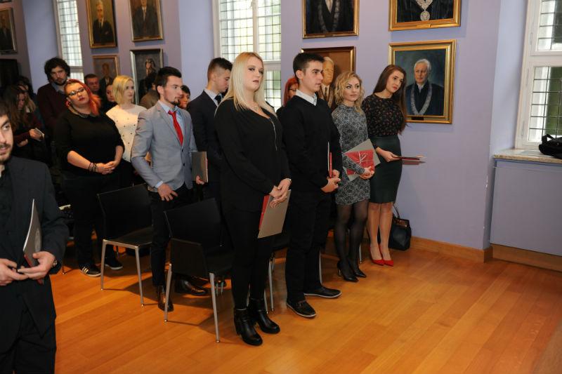 Promoventi nakon dodjele diploma i prigodnih poklona