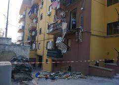 Resta sotto le macerie del balcone crollato