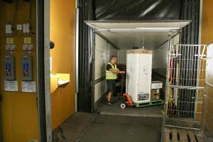 Godset ställs på plats i distributionsbilen