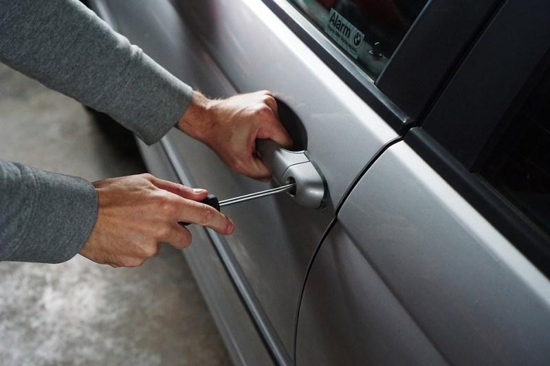 furto ladro auto