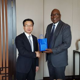THA Chief Secretary Kelvin Charles presents the Director of Zhuhai Foreign Affairs Bureau Zhang Meisheng with a token.