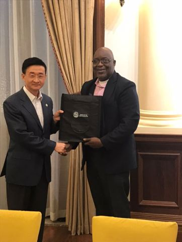 THA Chief Secretary Kelvin Charles presents a token to Deputy Director General of Guangdong Foreign Affairs Cang Feng.