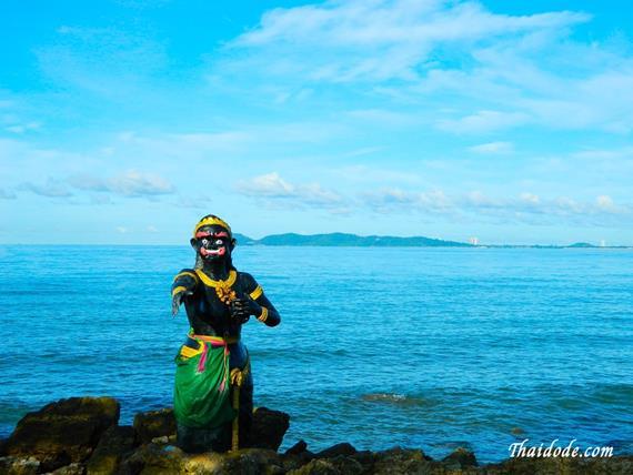 รูปปั้นนางผีเสื้อสมุทรที่ตั้งอยู่บนเกาะสวนสนบ้านเพ