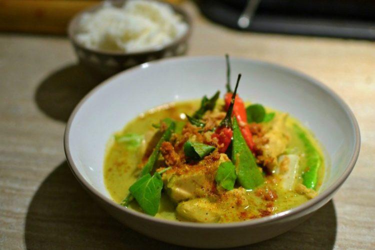 Poulet-au-curry-vert-thai-au-lait-de-coco-750x500