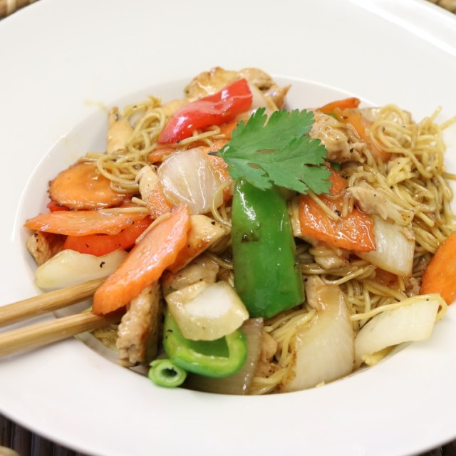 Chicken stir fried with noodles
