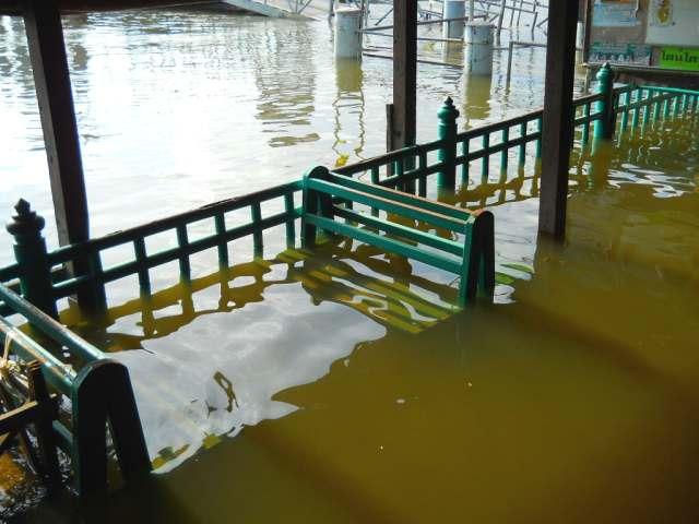 Bangkok river flooding 29102011