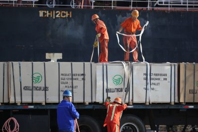 Workers transport goods on a truck near a cargo ship at a port in Lianyungang, Jiangsu province, China 13 September, 2019 (Photo: Reuters/Stringer).