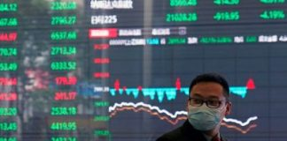 A man wearing a protective mask is seen inside the Shanghai Stock Exchange building, as the country is hit by a new coronavirus outbreak, at the Pudong financial district in Shanghai, China 28 February, 2020 (Photo: Reuters/Song).