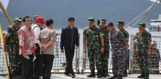 Indonesian President Joko Widodo visits a military base at Natuna, Indonesia, near the South China Sea, 9 January 2020 (Photo: Reuters/Antara Foto).