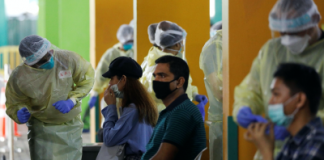 Essential workers have their noses swabbed before returning to the workforce at a regional screening center amid the coronavirus disease (COVID-19) outbreak in Singapore 9 June, 2020 (Photo: Reuters/Edgar Su).