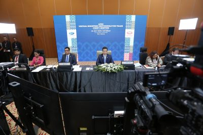 Malaysia's Minister of International Trade and Industry Mohamed Azmin Ali (C) chairs a virtual meeting of APEC Ministers Responsible for Trade, in Kuala Lumpur, Malaysia, 25 July 2020 (Photo: Reuters/Latin America News Agency).