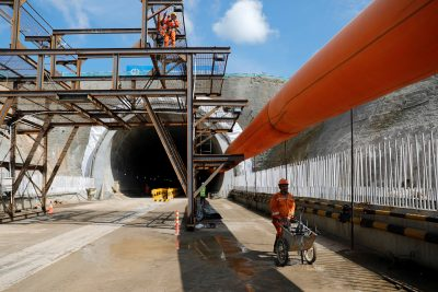 A worker pushes a wheelbarrow at Walini tunnel construction site for Jakarta-Bandung High Speed Railway in West Bandung regency, West Java province, Indonesia, 21 February 2019 (Photo: Reuters/Willy Kurniawan).
