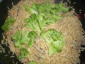 Fried noodle with broccoli and pepper