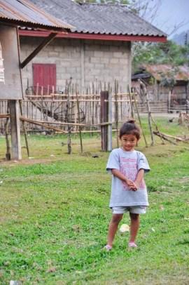 22-Petite fille dans un village Vang Vieng Laos