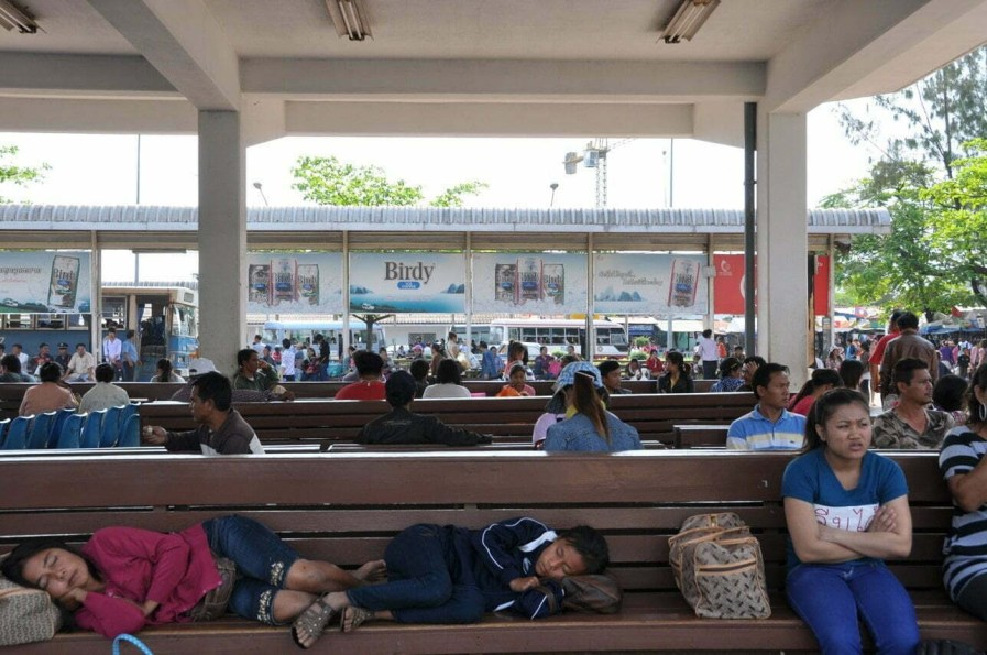 En attente station bus de Vientiane