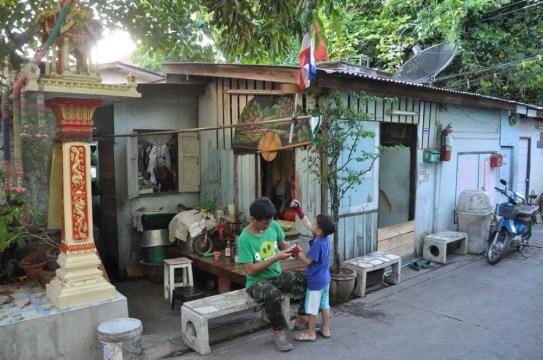 petite rue dans thonburi bangkok