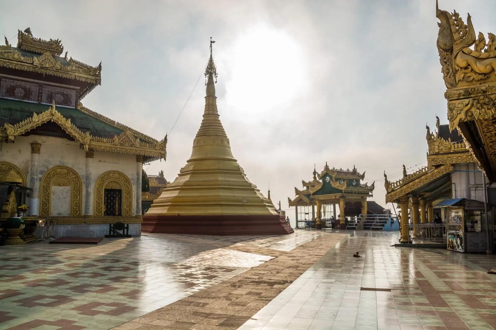 soleil derriere chedi mawlamyine birmanie