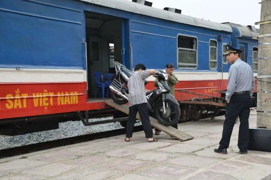 gare lao cai moto train vietnam