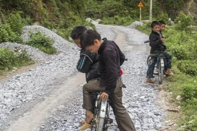 moto nord Vietnam - enfants hmong Dong Van
