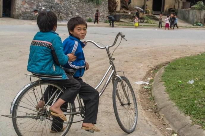 moto nord Vietnam - enfants dans un village pres de Dong Van
