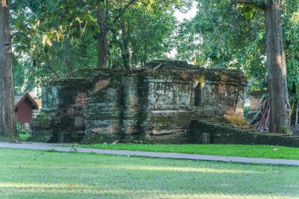 vieille entrée du wat phra that chedi luang - chiang saen