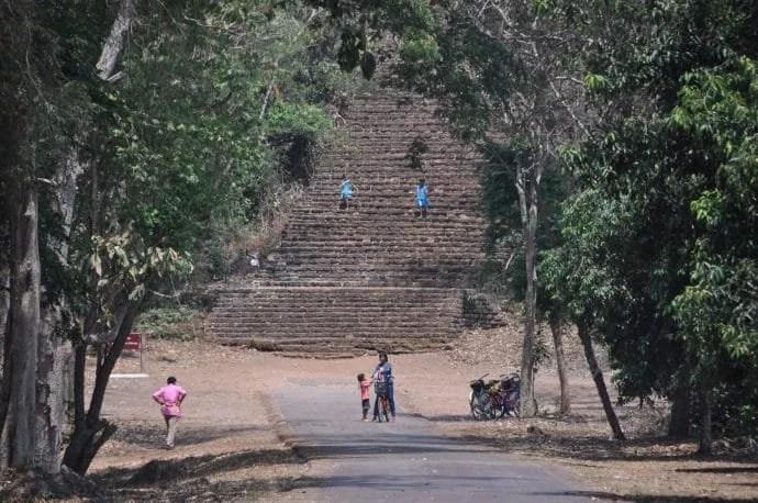 escalier pied colline wat khao suwankhiri si satchanalai