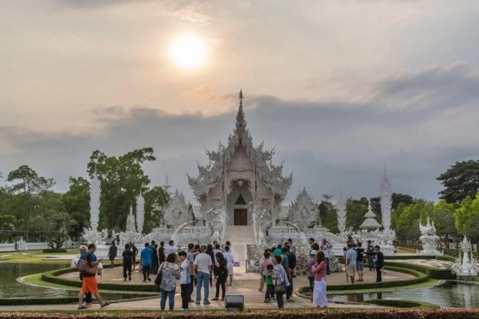 coucher soleil temple blanc chiang rai - thailande