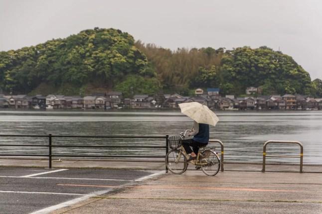 velo et parapluie village ine - japon