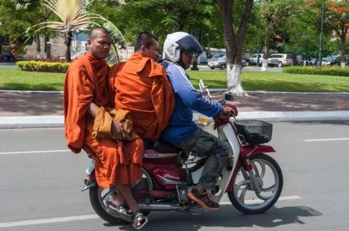 moines a moto phnom penh cambodge