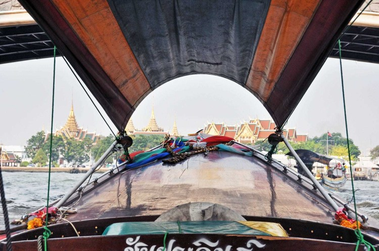 sur bateau longue queu chao phraya bangkok