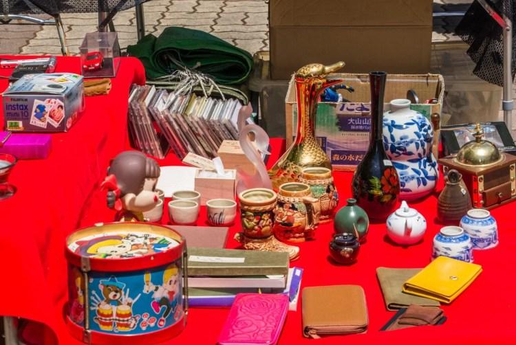 bricoles osaka charity flee market shin-osaka japon