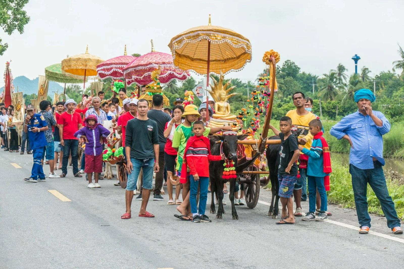 procession en attente - ceremonie kathina kanchanaburi