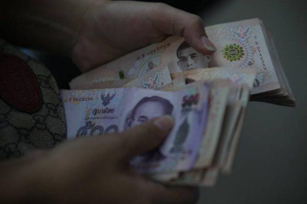 Le parti d'opposition Pheu Thai propose plus d'argent pour les personnes touchées par le COVID-19